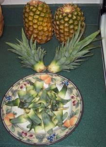 Шаг 2-подготовка верхушки. Очищаем 2-3см ствола ананаса